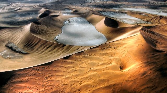 The Namib desert (flickr: mariusz kluzniak)