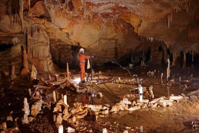 """Prise de mesures pour l'étude archéo-magnétique de la grotte de Bruniquel, Tarn-et-Garonne. Cette grotte comporte des structures aménagées datées d'environ 176 500 ans. L'équipe scientifique a développé un nouveau concept, celui de """"spéléofacts"""", pour nommer ces stalagmites brisées et agencées. L'inventaire de ces 400 spéléofacts montre des stalagmites agencées et bien calibrées qui totalisent 112 mètres cumulés et un poids estimé à 2,2 tonnes de matériaux déplacés. Ces structures sont composées d'éléments alignés, juxtaposés et superposés (sur 2, 3 et même 4 rangs). Cette découverte recule considérablement la date de fréquentation des grottes par l'Homme, la plus ancienne preuve formelle datant jusqu'ici de 38 000 ans (Chauvet). Elle place ainsi les constructions de Bruniquel parmi les premières de l'histoire de l'Humanité. Ces travaux ont été menés par une équipe internationale impliquant notamment Jacques Jaubert de l'université de Bordeaux, Sophie Verheyden de l'Institut royal des Sciences naturelles de Belgique (IRSNB) et Dominique Genty du CNRS, avec le soutien logistique de la Société spéléo-archéologique de Caussade, présidée par Michel Soulier. UMR5199 DE LA PREHISTOIRE A L'ACTUEL : CULTURE, ENVIRONNEMENT ET ANTHROPOLOGIE ,UMR8212 Laboratoire des Sciences du Climat et de l'Environnement  20160048_0006"""